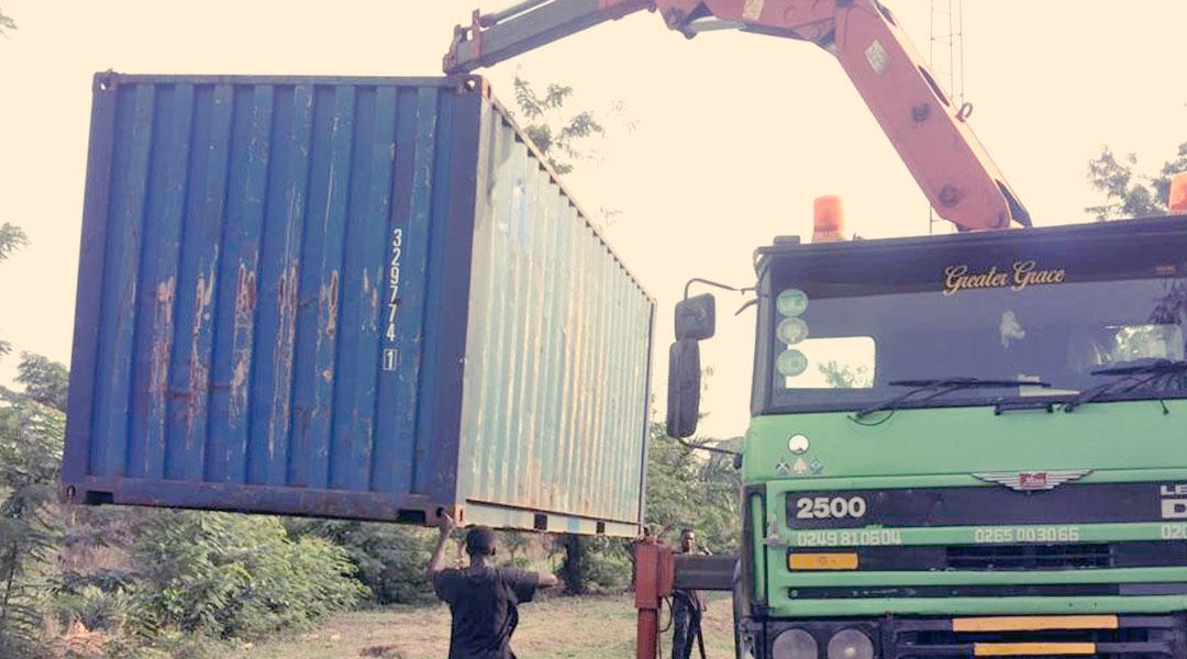 12 Paletten Spenden nach Ghana